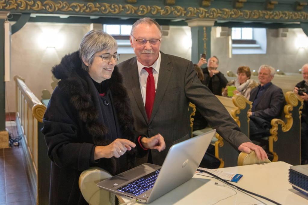 Regionalbischöfin Dr. Dorothea Greiner gibt die URL ein, neben ihr Hans Peetz (Foto: David Sünderhauf)